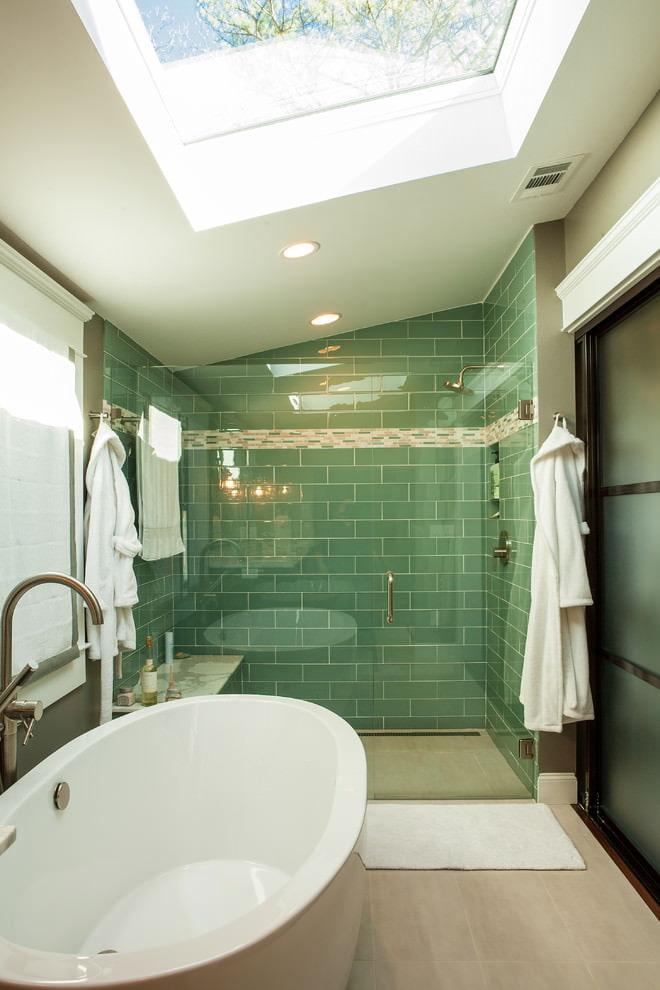 Petite salle de bain avec un grenier de lucarne
