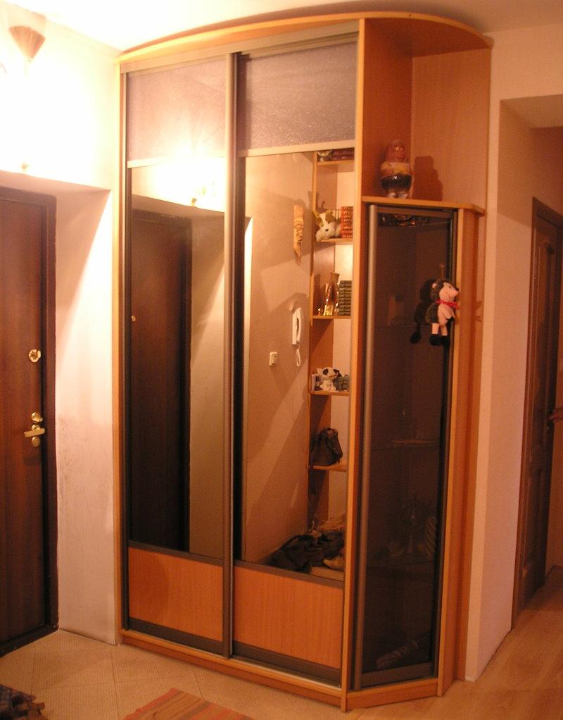 Armoire à glace dans le couloir de l'appartement-Brejnevka
