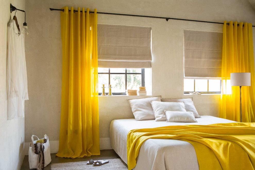 Intérieur de la chambre avec des rideaux jaunes