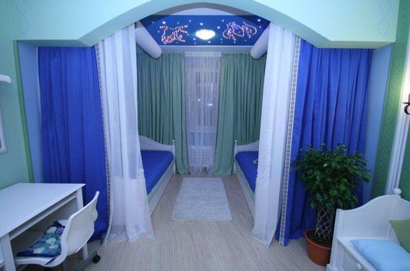 Zonage d'une chambre d'enfant aux rideaux bleus