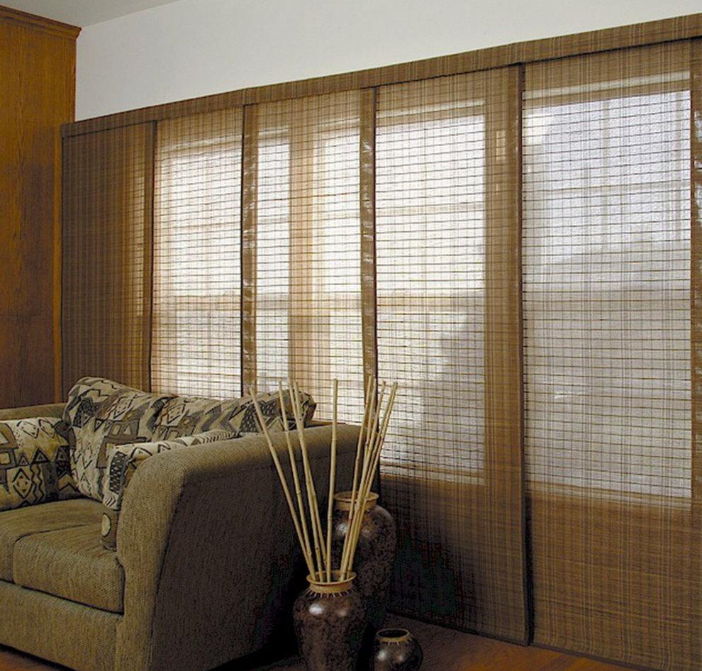 Rèm tre trượt trên cửa sổ phòng khách phía sau ghế sofa