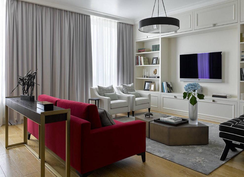 Canapé bourgogne dans le séjour-cuisine d'un appartement de ville