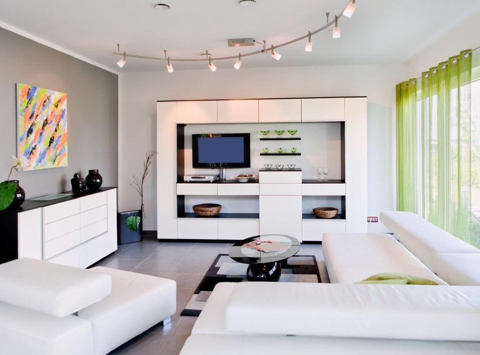 Salon blanc dans une maison privée
