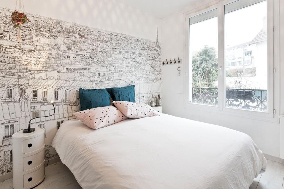 Chambre lumineuse avec un grand lit