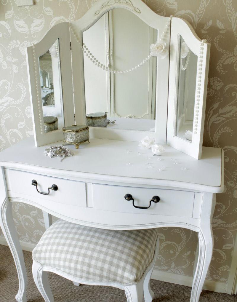 Coiffeuse blanche pour une chambre de style classique