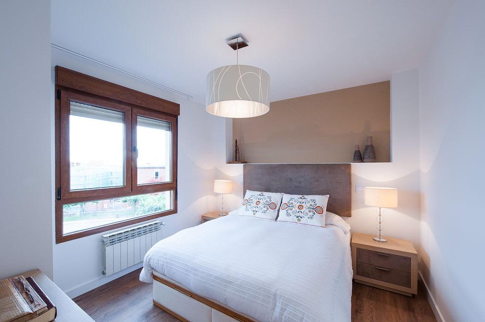 Plafond blanc pour peindre dans une petite chambre
