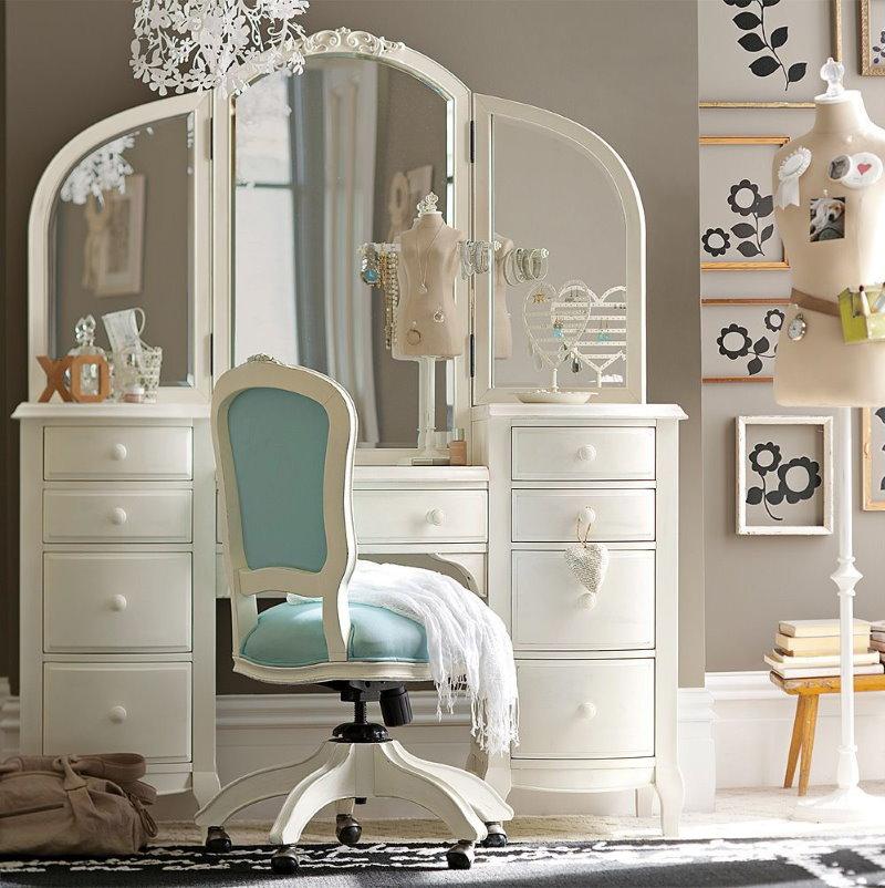 Coiffeuse avec miroir dans la chambre des enfants