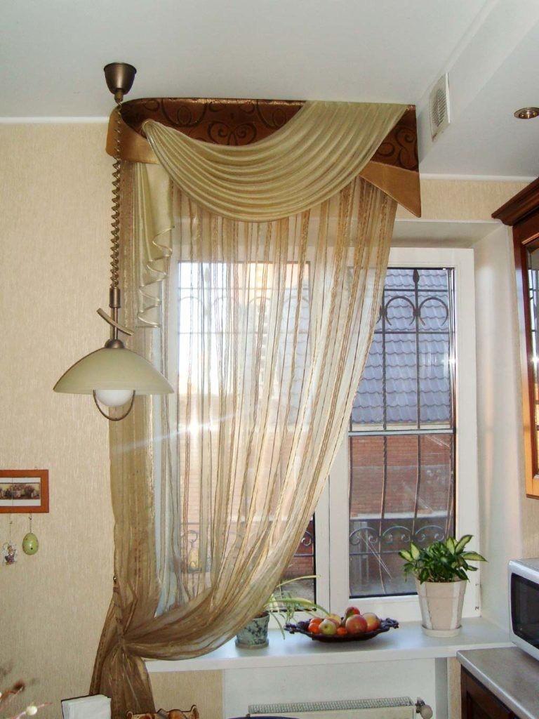 Lambrequin sur la fenêtre de la cuisine avec des barres