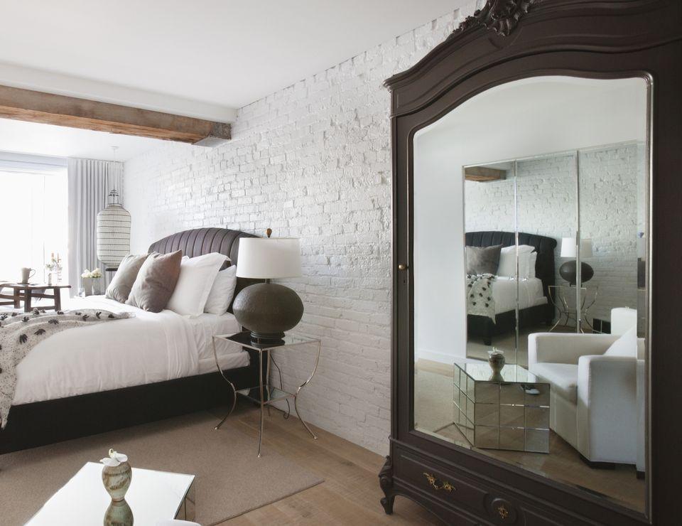 Grand miroir sur le placard de la chambre