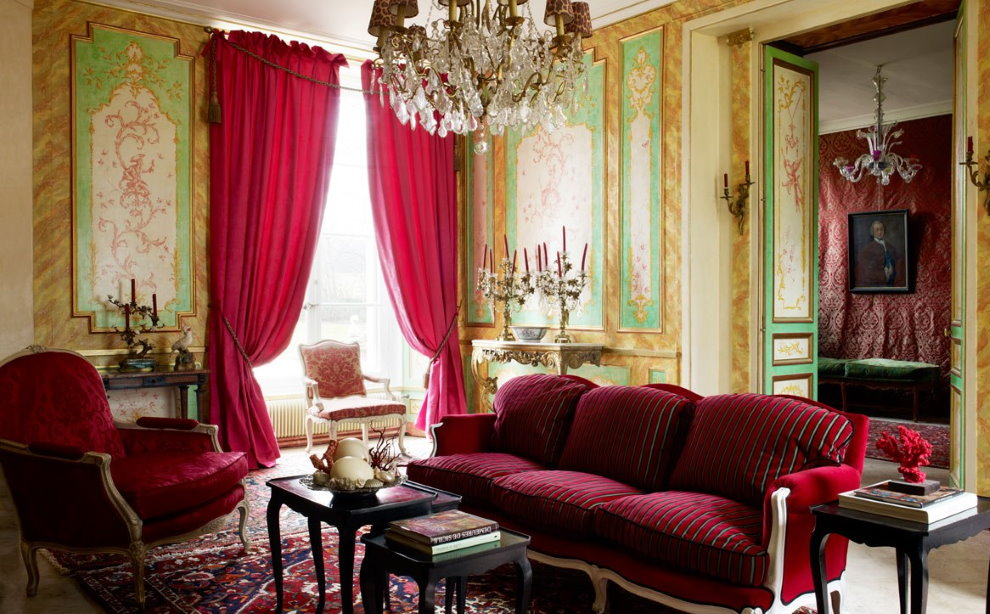 Nội thất phòng khách với rèm cửa màu đỏ tía