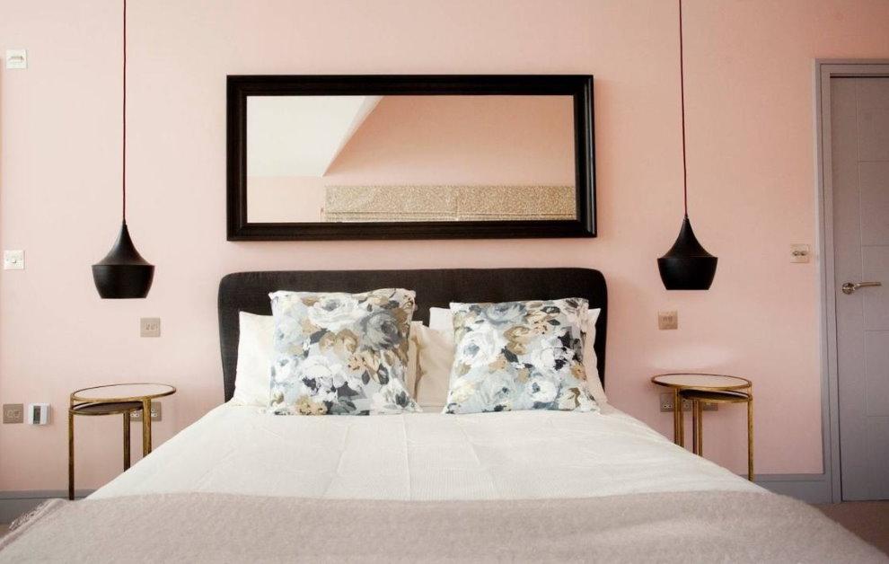 Cadre miroir contrasté sur la tête du lit