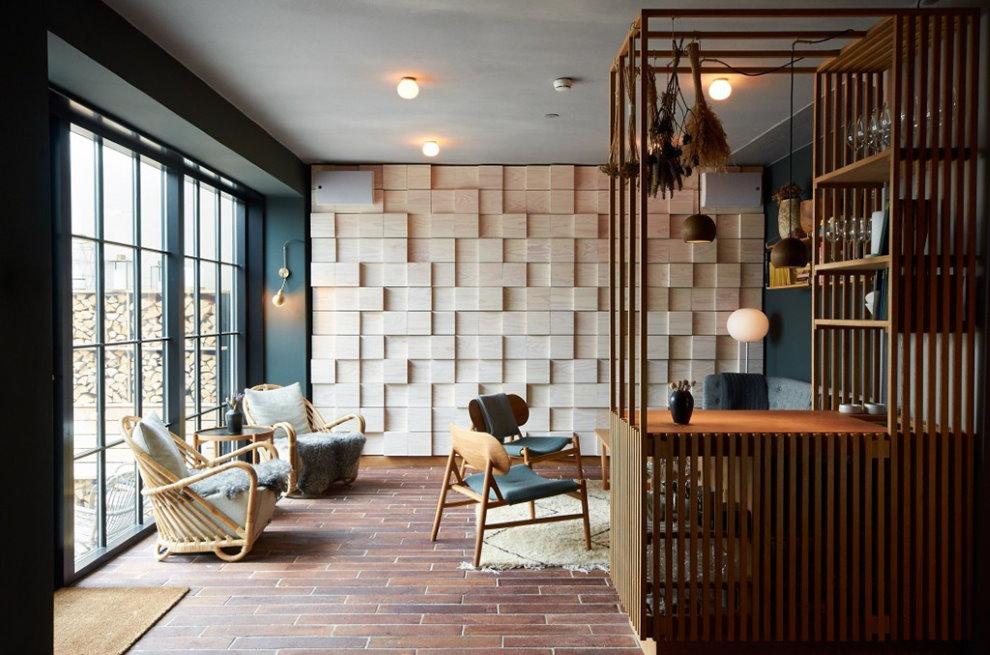 Murs lambrissés dans l'appartement