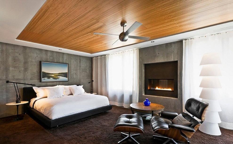 Plafond en bois dans une chambre spacieuse
