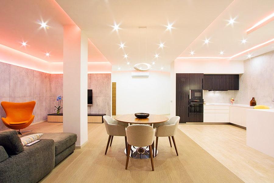 Lumières LED au plafond de la cuisine-salon