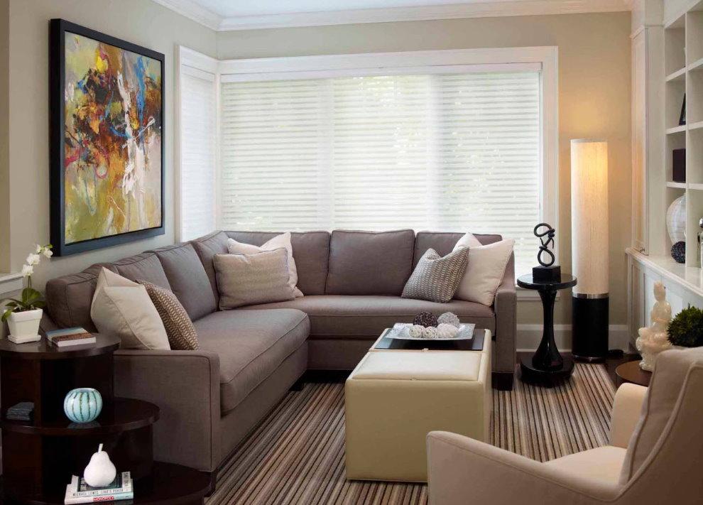 Sofa góc trong sảnh của căn hộ hai phòng
