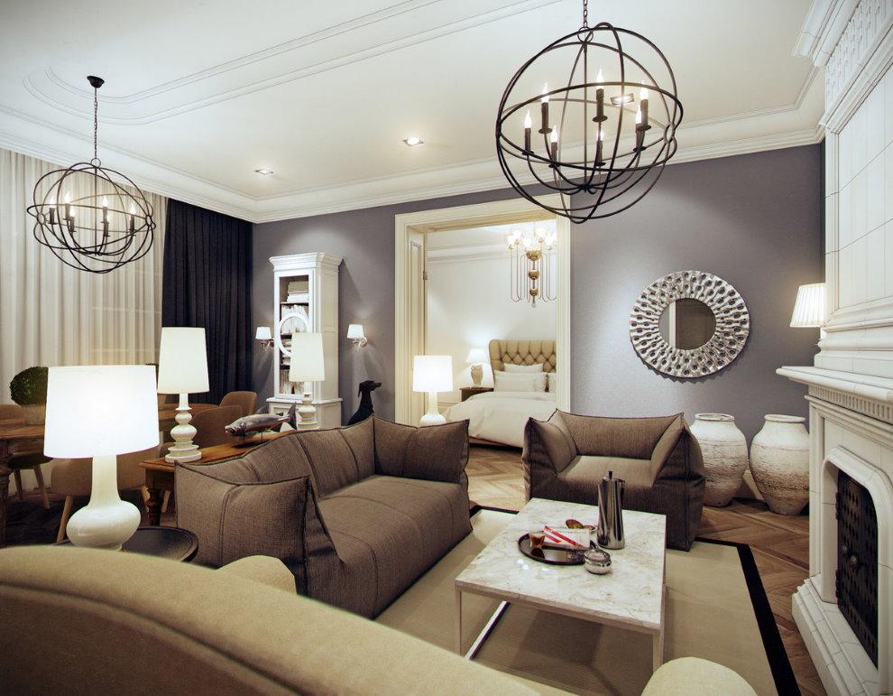 Hai chiếc đèn chùm trên trần nhà màu trắng của phòng khách