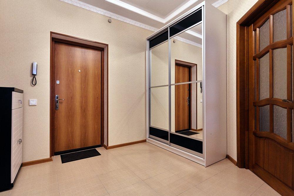 porte d'entrée à l'intérieur du couloir