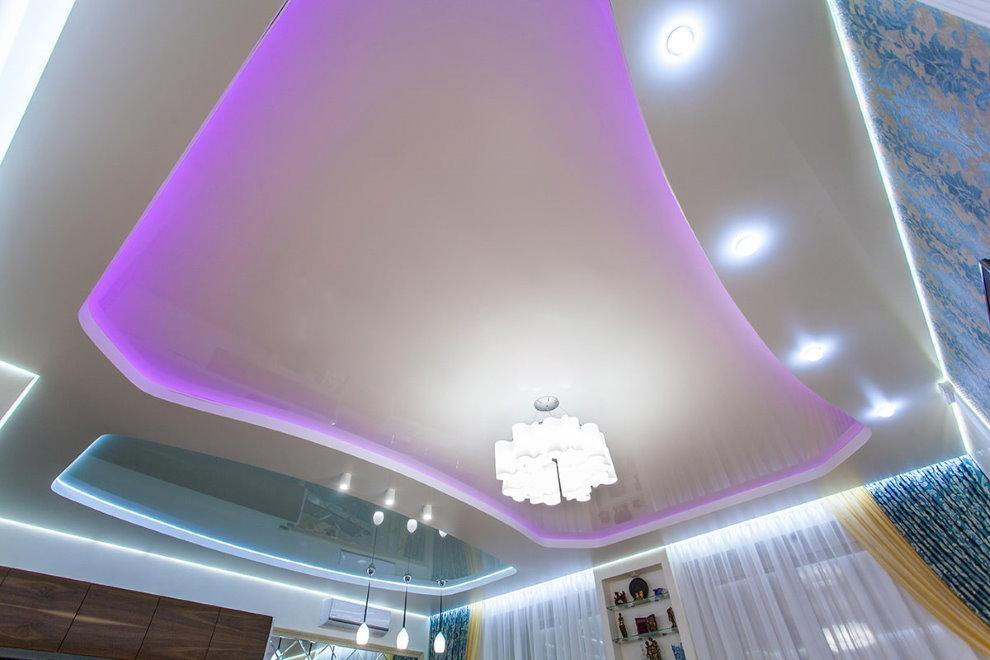Plafond du salon avec des lumières violettes