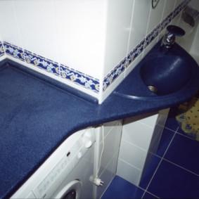 Mặt bàn màu xanh trong phòng tắm kết hợp