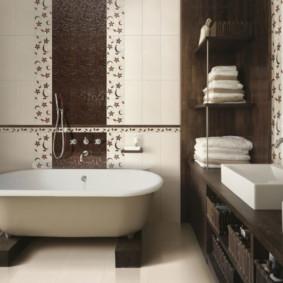 bồn tắm kim loại trên đế lót ly bằng gỗ