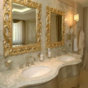 Gương có khung mạ vàng trong phòng tắm