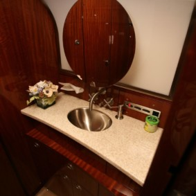 Gương tròn trên tường phòng tắm