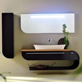 Bàn làm việc phong cách trong phòng tắm của một căn hộ thành phố