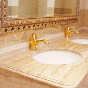 Vòi vàng trong phòng tắm