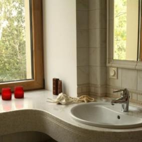 Mặt bàn thay vì bệ cửa sổ trong phòng tắm của một ngôi nhà riêng
