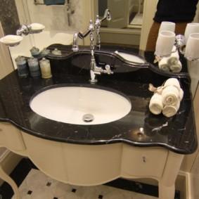 Bồn rửa với mặt bàn màu đen trong phòng tắm của một ngôi nhà riêng
