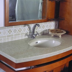 Vòi phòng tắm với kết thúc chrome trên chậu rửa