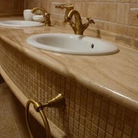 Khăn giữ dưới bồn rửa trong phòng tắm