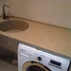 Bàn làm việc trong phòng tắm với máy giặt