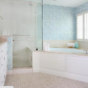 Salle de bain lumineuse avec vasque d'angle