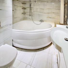 Une petite baignoire dans la salle de bain d'une maison à panneaux