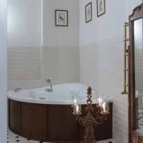 Candélabre au sol dans la salle de bain