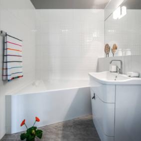 Conception de salle de bain avec plafond gris