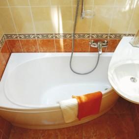 Serviette orange sur le côté de la salle de bain