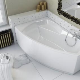 Miroir à cadre sculpté sur une baignoire en fonte