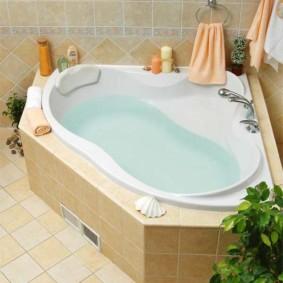 Carrelage dans une baignoire en fonte