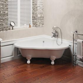 Porte-serviettes chauffant avec radiateurs dans la salle de bain