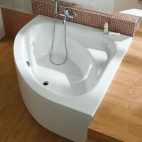 Bol de bain blanc sur un plancher en bois