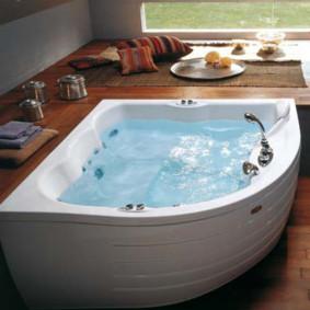 De l'eau pure dans un bain en fonte