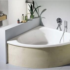 Cloison basse sur le côté de la baignoire