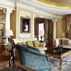 L'intérieur du salon avec des colonnes antiques