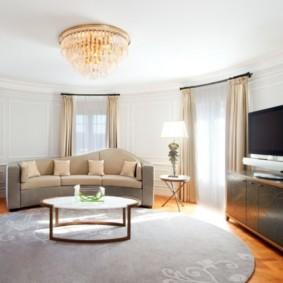 Salon dans une maison privée avec un mur semi-circulaire