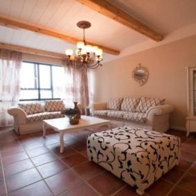 Plancher de céramique dans une pièce avec plafond en bois