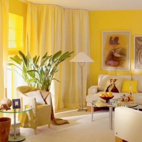 Couleur jaune à l'intérieur du salon