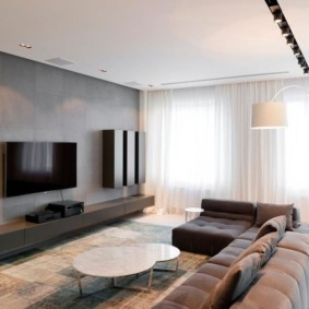 Mur gris dans une pièce avec des rideaux blancs