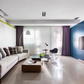 Télévision noire sur mur bleu